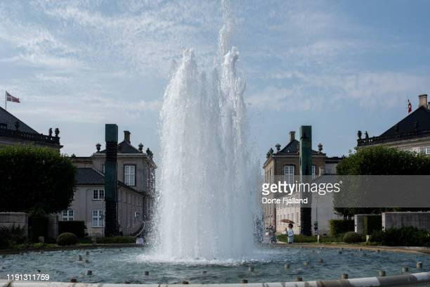plenty of water in the fountain in front of amalienborg, the royal palace in copenhagen - dorte fjalland stock-fotos und bilder