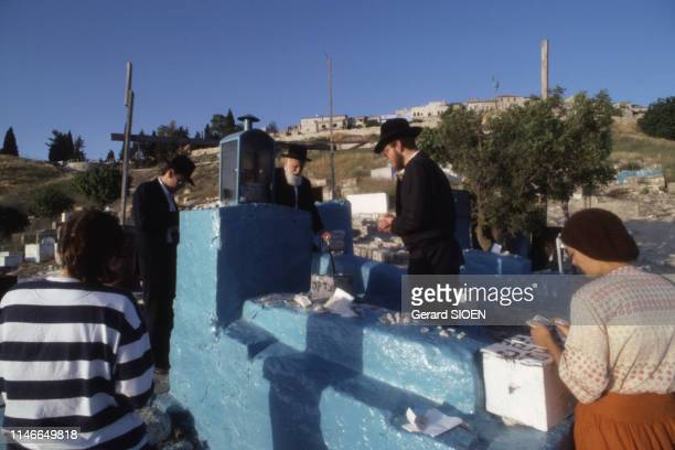 Pèlerins devant la tombe de Joseph Karo à Safed en juin 1988 Israël