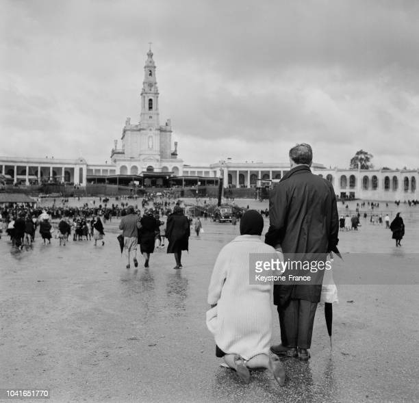 Pélerins sur la place devant le sanctuaire de NotreDame de Fatima à Fatima Portugal en 1967