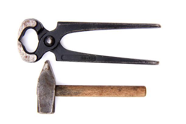 pliers and hammer, elevated view - tang stockfoto's en -beelden