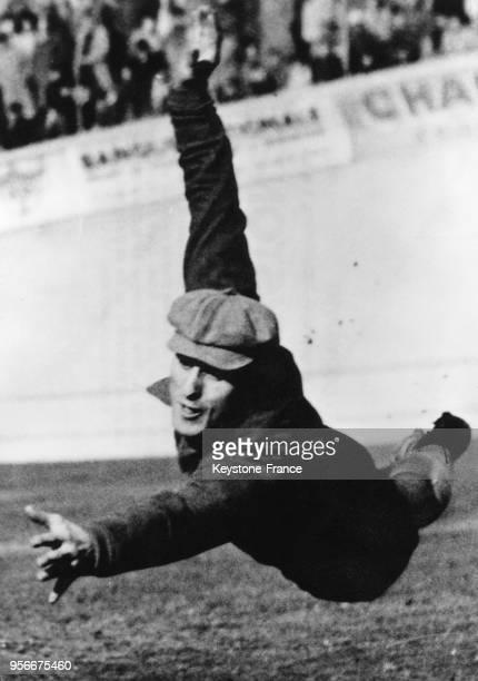 Plongeon du gardien de but René Vignal lors d'un match de football