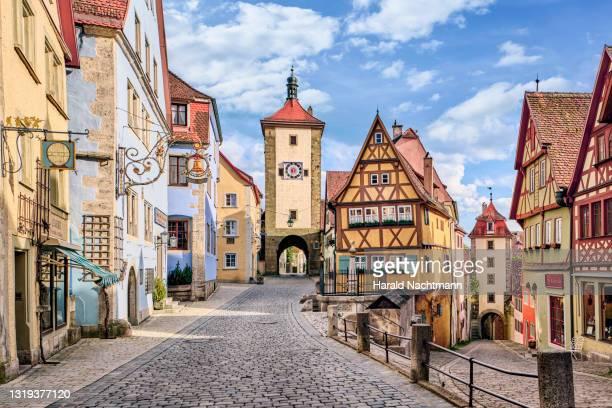 plonlein street with city gates, rothenburg ob der tauber, bavaria, germany - distrito histórico fotografías e imágenes de stock