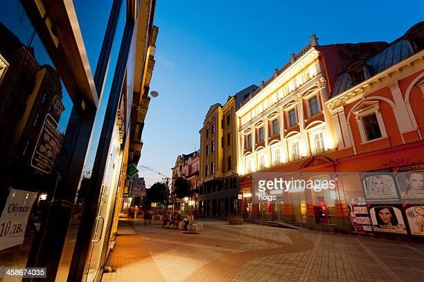 plovdiv zona peatonal por la noche - distrito histórico fotografías e imágenes de stock