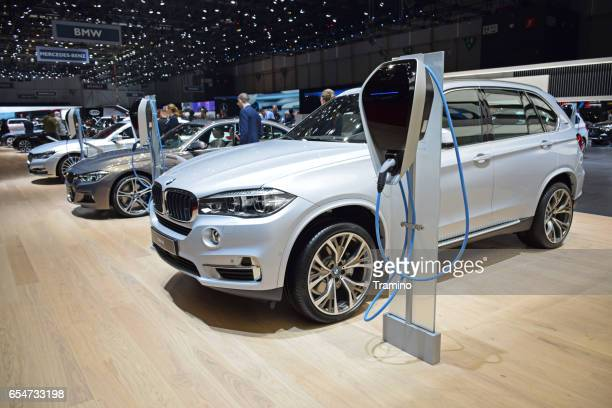 vehículos híbridos bmw en los puntos de recarga - bmw fotografías e imágenes de stock