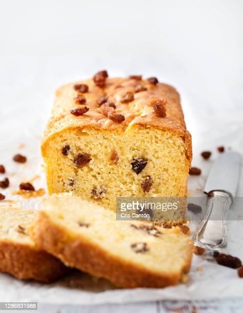 plum cake with raisins - cris cantón photography fotografías e imágenes de stock