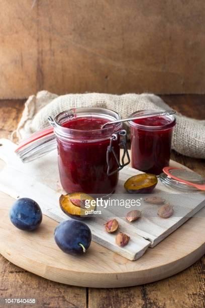 mermelada de ciruelas en el vaso de - ciruela fotografías e imágenes de stock