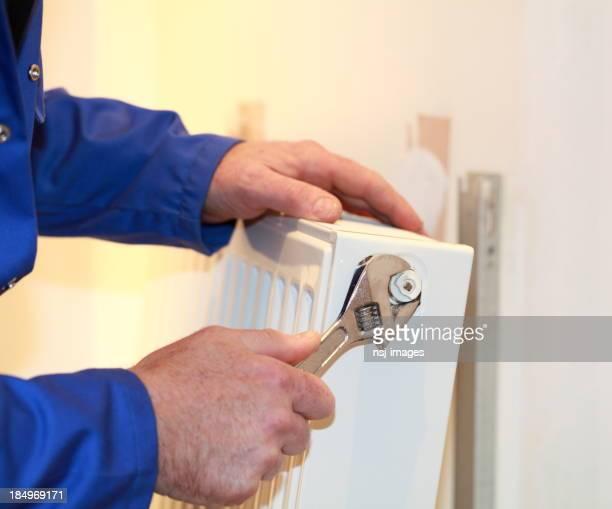 Klempner-Fixierung einem Heizkörper.