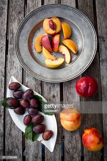 Plums and sliced nectarines