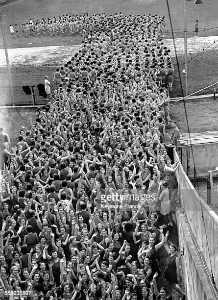 Plus de 5000 filles venues d'Angleterre et du Pays de Galles font des démonstrations d'exercices 'Keep fit' au stade de Wembley le 28 mai 1938 à...