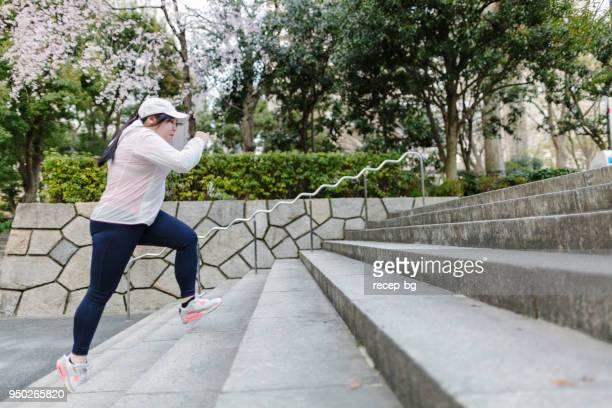 plus taglia giapponese donna allenamento ai passi - big fat women foto e immagini stock