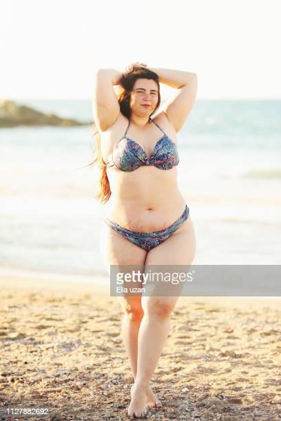 plus size woman at beach - estrias fotografías e imágenes de stock