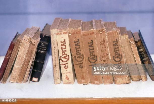 Plusieurs volumes du 'Capital' écrit par Karl Marx sur une étagère de bibliothèque en mai 1986 à Cuba