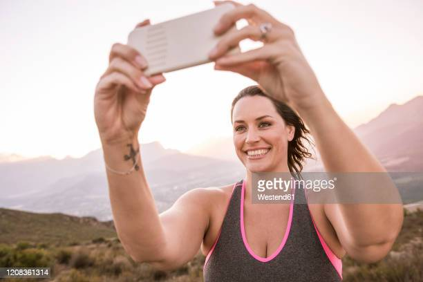 plus-size-model doing sports in the countryside - modelos gorditas fotografías e imágenes de stock
