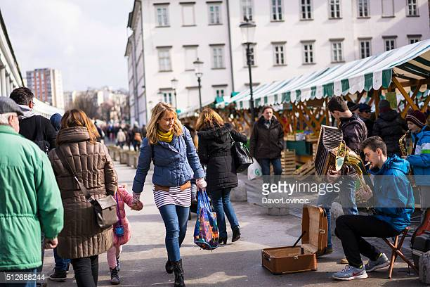 Erfolgreichen traditioneller Musik auf Markt in Ljubljana