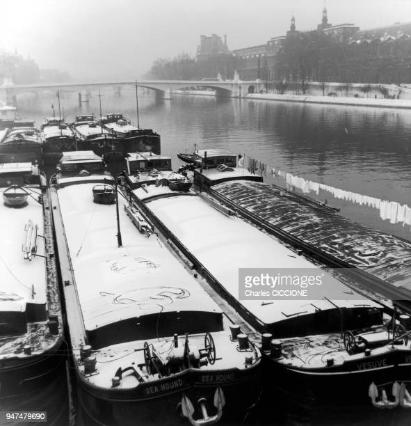 Péniches sur la Seine en Hiver Paris année 50
