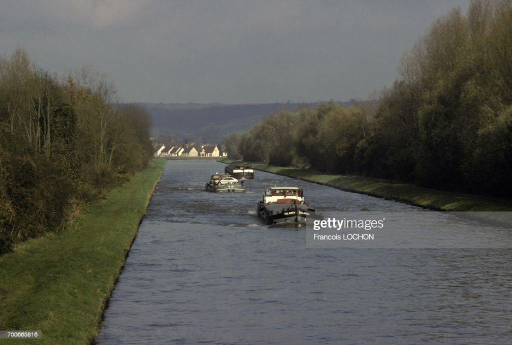 Péniches sur le canal de l'Oise : News Photo