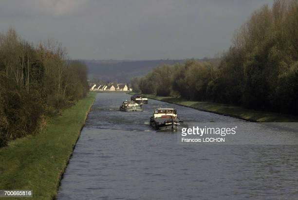 Péniches sur le canal de l'Oise en novembre 1981 en France