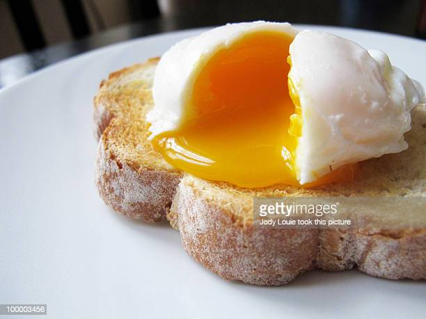 poached egg on toast - oeuf photos et images de collection