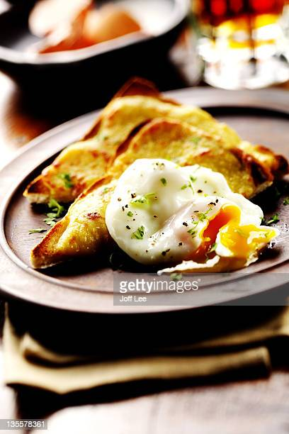 poached egg on toast with cheese & herbs - ウェールズ文化 ストックフォトと画像