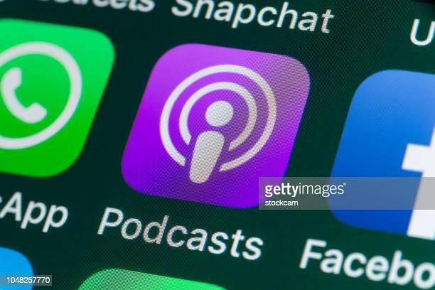 podcasts, whatsapp, facebook en andere apps op iphonescherm - apple computers stockfoto's en -beelden