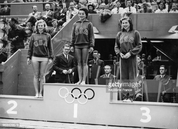 Podium américain pour le plongeon femmes avec de gauche à droite ZoeAnn OlsenJensen Victoria Manalo Draves et Patricia Elsener à Londres RoyaumeUni...