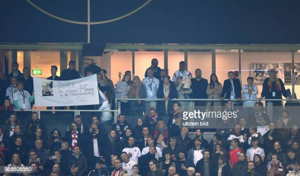 Podolski Familienloge mit seiner Ehefrau, Kindern, Eltern und Familienangehoerigen, die Familie bedankt sich mit einem Banner