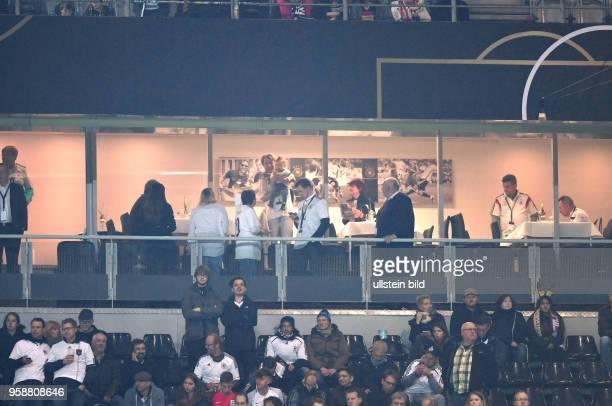 Podolski Familienloge mit seiner Ehefrau, Kindern, Eltern und Familienangehoerigen