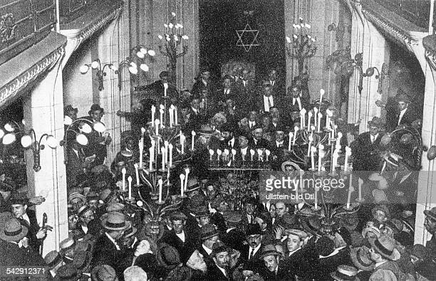 Pogroms Memorial service for the victims of a pogrom in Hebron / Palastine 1929 in the synagogue at Rue PavÚe Paris 1929