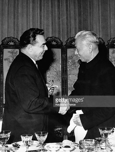 Poignée de main chaleureuse entre les présidents Liu Shaoqi et Leonid Brejnev lors du déjeuner donné à l'ambassade de Chine à Moscou Russie le 7...