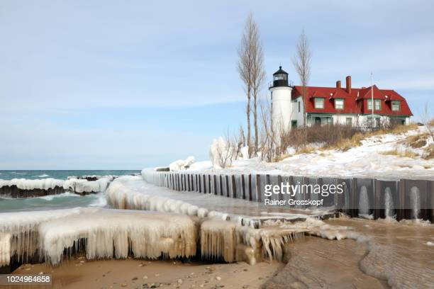 point betsie lighthouse (1958) on lake michigan in winter - rainer grosskopf 個照片及圖片檔