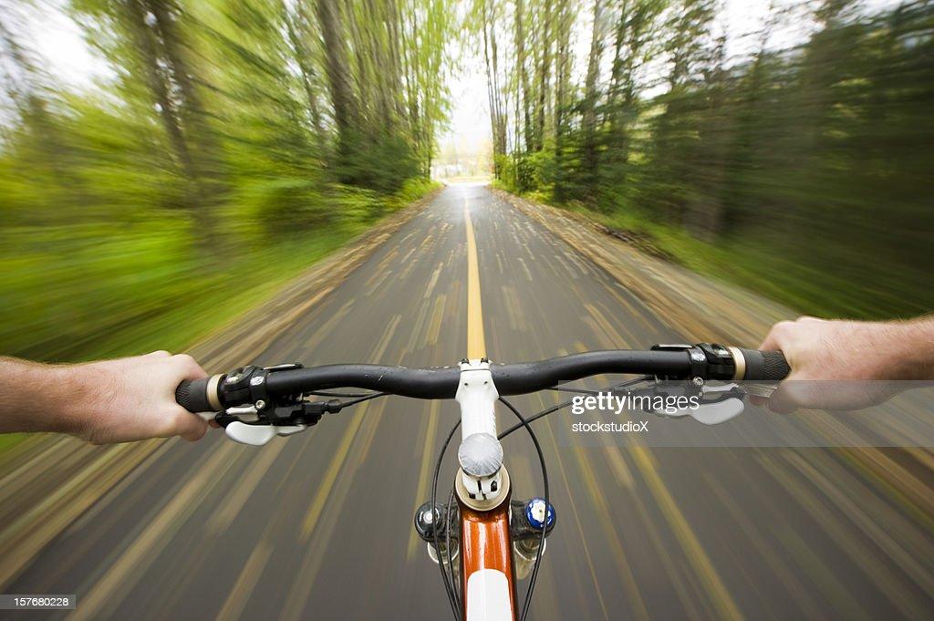 Punto de vista (POV) cross country ciclismo de montaña : Foto de stock