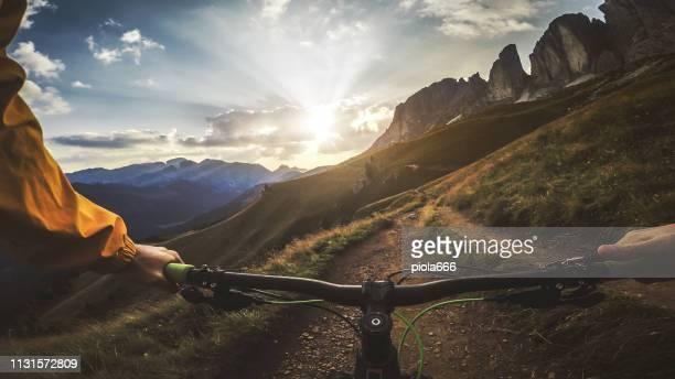 point of view pov mountain bike on dolomites - mountain bike foto e immagini stock