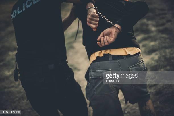 犯人を指差す - 犯罪者 ストックフォトと画像