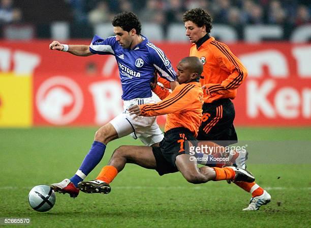 Pokal 04/05 Gelsenkirchen 240205 FC Schalke 04 FC Shaktar Donezk 01 LINCOLN/Schalke Joao Batista MARQUES und Igor DULJAJ/Donezk