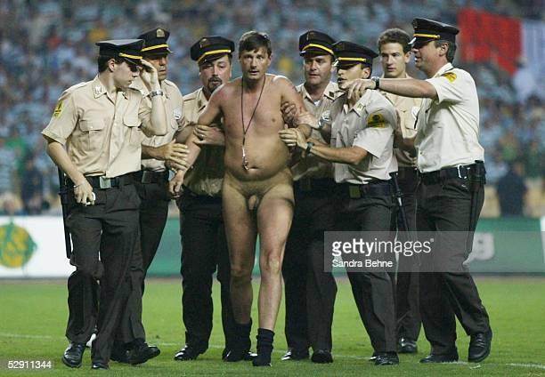 Pokal Finale 2003, Sevilla; Celtic Glasgow - FC Porto; Flitzer wird von der Polizei abgefuehrt