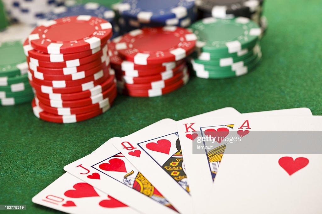 Pôquer, jogos de azar, royal descarga e batata chips. : Foto de stock