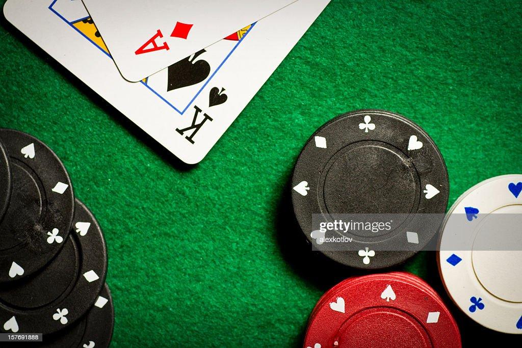 table de Poker avec jetons de casino et de deux cartes de dessus : Photo