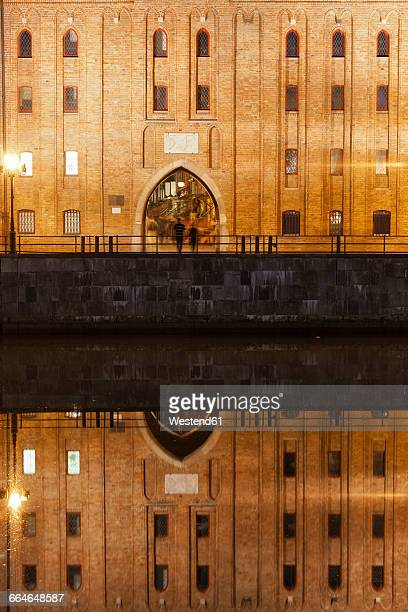 poland, gdansk, brama mariacka by night with water reflection on motlawa river - motlawa river stock pictures, royalty-free photos & images