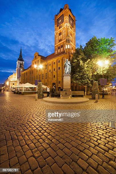 poland, torun, town hall at the old town marketplace by evening twilight - ポーランド ストックフォトと画像