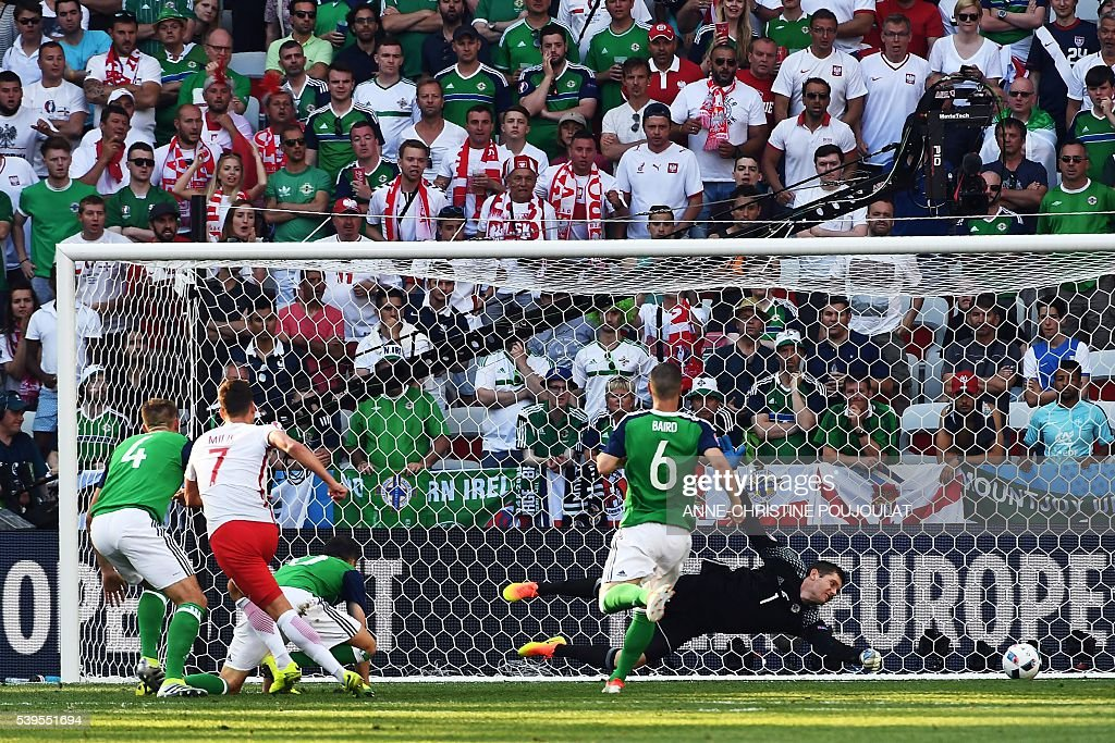 Poland's forward Arkadiusz Milik (2nL) scores a goal during the Euro 2016 group C football match between Poland and Northern Ireland at the Stade de Nice in Nice on June 12, 2016. / AFP / ANNE