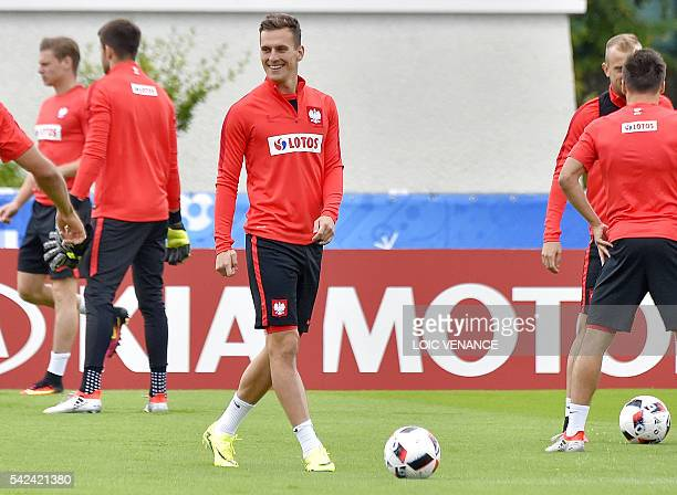 Poland's forward Arkadiusz Milik takes part in a training session in La Baule on June 23 during the Euro 2016 football tournament / AFP / LOIC VENANCE