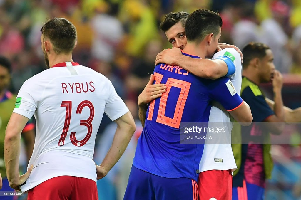 TOPSHOT - Poland's forward Robert Lewandowski (R) is comforted by Colombia's midfielder James Rodriguez at the end of the Russia 2018 World Cup Group H football match between Poland and Colombia at the Kazan Arena in Kazan on June 24, 2018. (Photo by Luis Acosta / AFP) / RESTRICTED