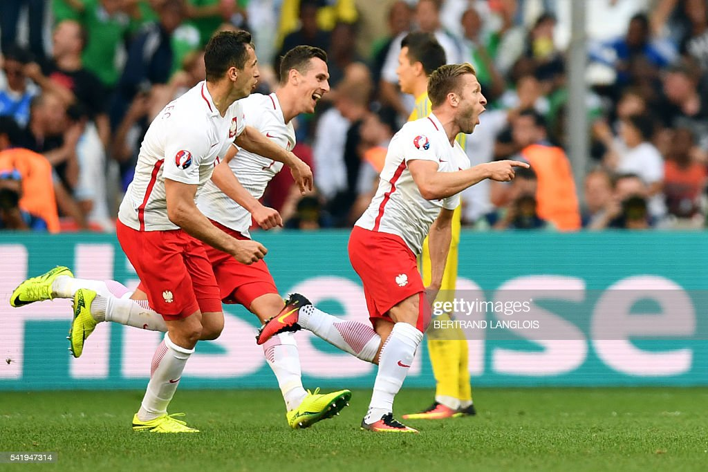 Poland's midfielder Jakub Blaszczykowski (R) celebrates after scoring the first goal during the Euro 2016 group C football match between Ukraine and Poland at the Velodrome stadium in Marseille on June 21, 2016. / AFP / BERTRAND