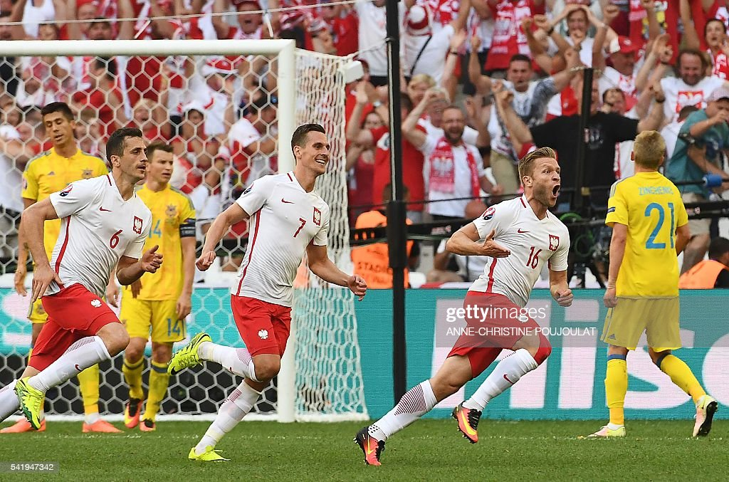Poland's midfielder Jakub Blaszczykowski (R) celebrates after scoring during the Euro 2016 group C football match between Ukraine and Poland at the Velodrome stadium in Marseille on June 21, 2016. / AFP / ANNE