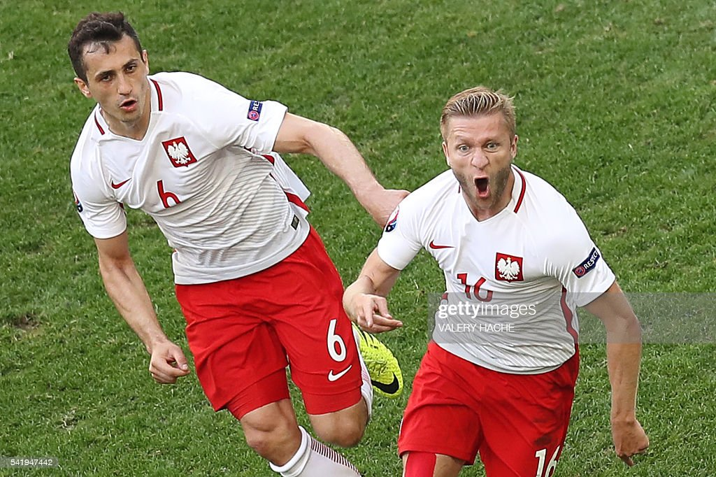 Poland's midfielder Jakub Blaszczykowski (R) celebrates after scoring during the Euro 2016 group C football match between Ukraine and Poland at the Velodrome stadium in Marseille on June 21, 2016. / AFP / Valery HACHE