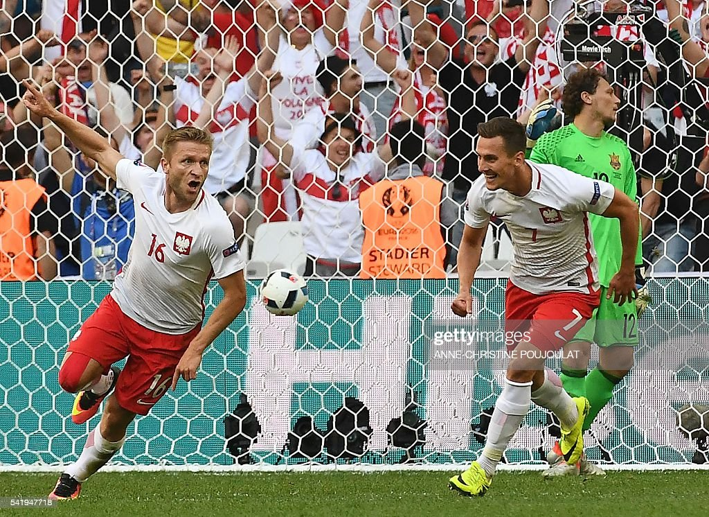 Poland's midfielder Jakub Blaszczykowski (L) celebrates after scoring during the Euro 2016 group C football match between Ukraine and Poland at the Velodrome stadium in Marseille on June 21, 2016. / AFP / ANNE