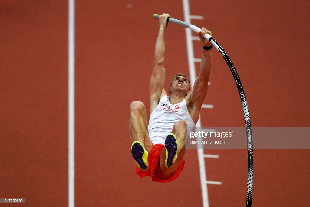 Poland's Piotr Lisek competes in the men's pole vault final at the 2017 European Athletics Indoor Championships in Belgrade on March 3, 2017. / AFP PHOTO / Dimitar DILKOFF