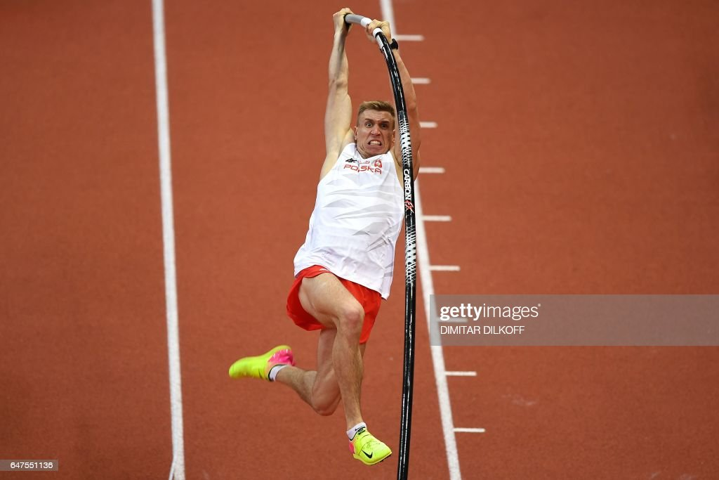 TOPSHOT - Poland's Piotr Lisek competes in the men's pole vault final at the 2017 European Athletics Indoor Championships in Belgrade on March 3, 2017. / AFP PHOTO / Dimitar DILKOFF