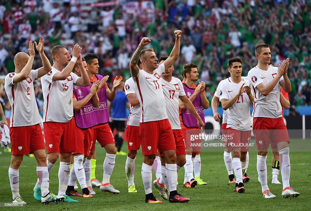 Poland's players celebrate their victory at the end of the Euro 2016 group C football match between Poland and Northern Ireland at the Stade de Nice in Nice on June 12, 2016. / AFP / ANNE