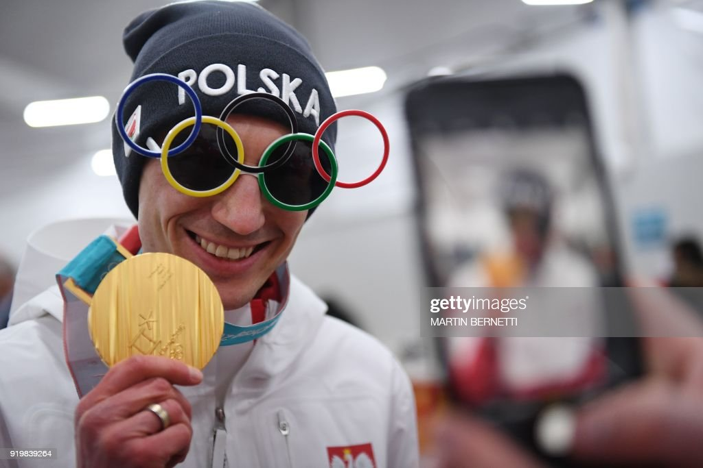 TOPSHOT - Poland's ski jumper and gold medallist Kamil Stoch poses backstage at the Athletes' Lounge during the medal ceremonies at the Pyeongchang Medals Plaza during the Pyeongchang 2018 Winter Olympic Games in Pyeongchang on February 18, 2018. / AFP PHOTO / Martin BERNETTI